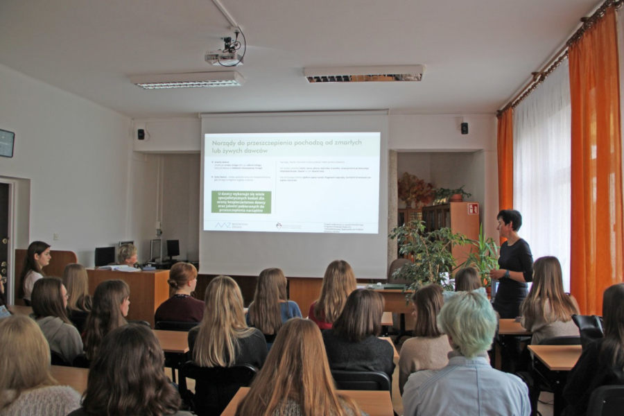 Biłgoraj Anna Gradziuk spotkania edukacyjne w szkołach na temat leczenia przeszczepieniem
