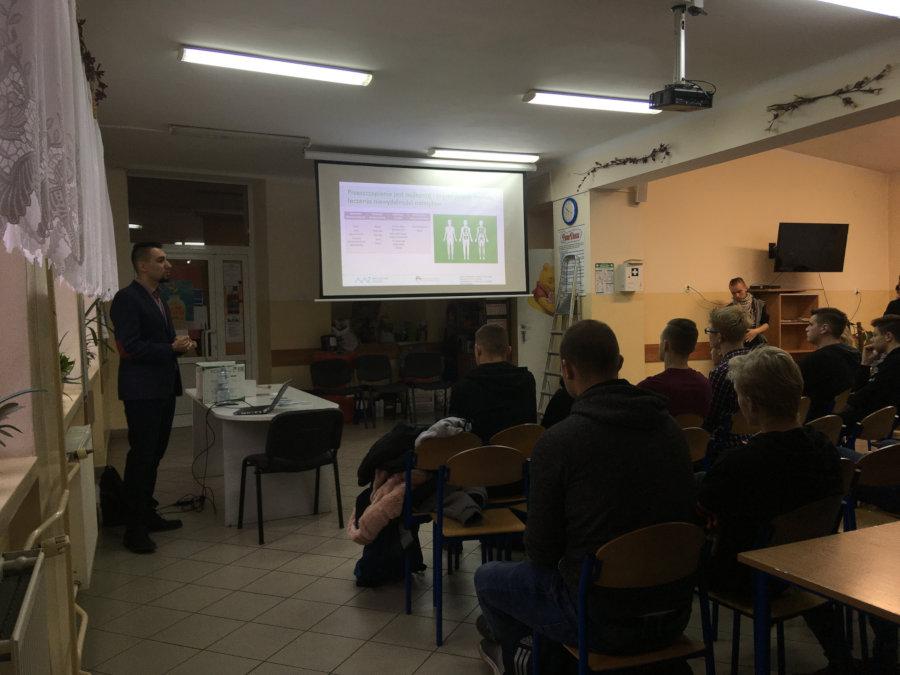 Sochaczew spotkania edukacyjne w szkołach Grzegorz Cichowlas